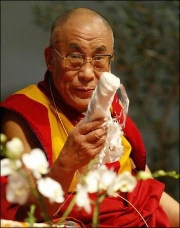 abarrotado en sant jordi y enfrente, … el dalailama